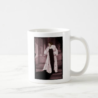 Mata Hari en el abrigo de pieles blanco Tazas De Café