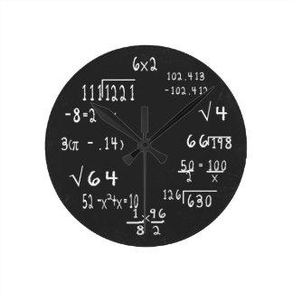 Matemáticas del friki de la diversión reloj redondo mediano