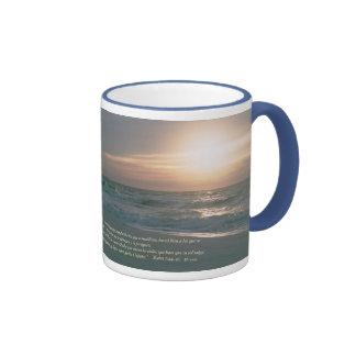 Mateo 5-44,45 con la Salida del Sol Coffee Mugs