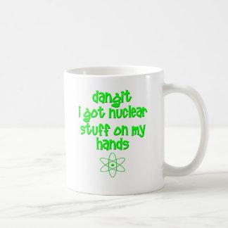 Materia nuclear en las manos taza de café