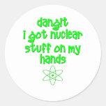 Materia nuclear en las manos pegatina redonda