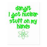 Materia nuclear en las manos tarjeta postal