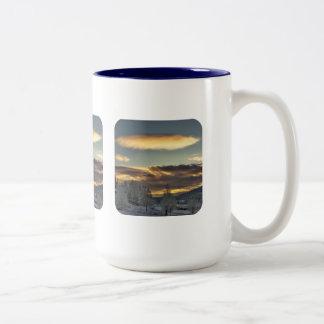 Maternidad nublada taza de café de dos colores