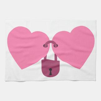 matrimonio - dos corazones cerrados con la toalla de mano