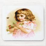 Maud Humphrey: Chica del verano con las flores y l Tapetes De Raton