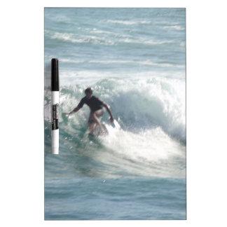 Maui practica surf encima de Bro Pizarras Blancas