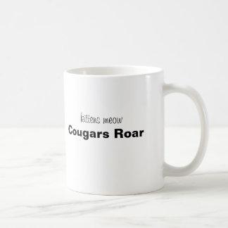 ¡maullido de los gatitos, rugido de los pumas! taza clásica