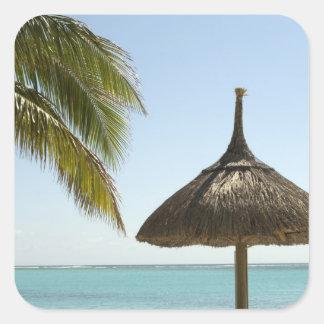 Mauricio. Escena idílica de la playa con el paragu Calcomanía Cuadrada