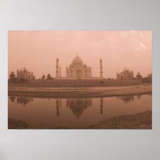 Mausoleo en la orilla el Taj Mahal Agra Poster