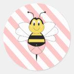 MayBee manosea al pegatina de la abeja