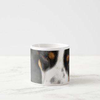 Mayor taza suiza de la especialidad del perrito de taza espresso