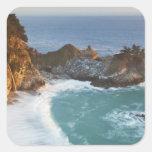 McWay escénico cae las caídas en la playa y los 2 Colcomanias Cuadradass