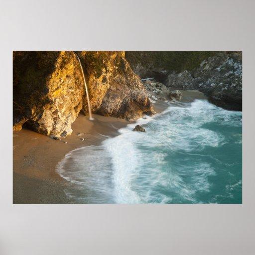 McWay escénico cae las caídas en la playa y Poster
