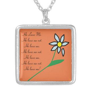 Me ama, me ama no el collar #1 de la flor