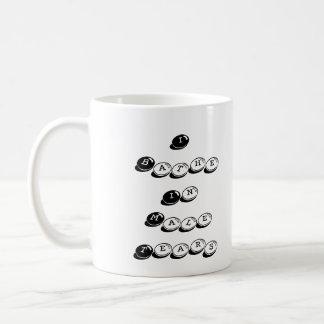 Me baño en el negro masculino de los rasgones tazas de café