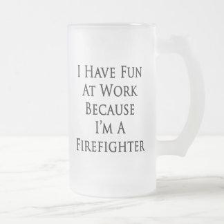 Me divierto en el trabajo porque soy bombero taza de café