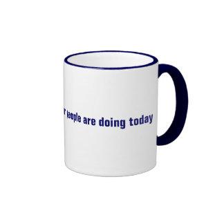 Me pregunto lo que está haciendo la gente pobre ho taza de café