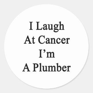 Me río del cáncer que soy fontanero etiqueta redonda