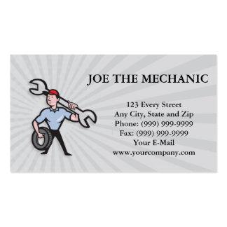 Mecánico con la llave y el neumático de zócalo del tarjetas de visita