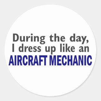 Mecánico de aviones durante el día pegatina redonda