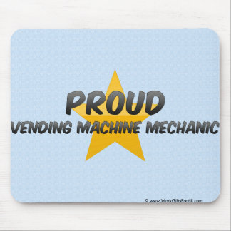 Mecánico orgulloso de la máquina expendedora mousepads
