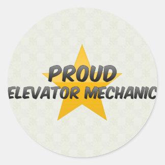 Mecánico orgulloso del elevador etiquetas redondas