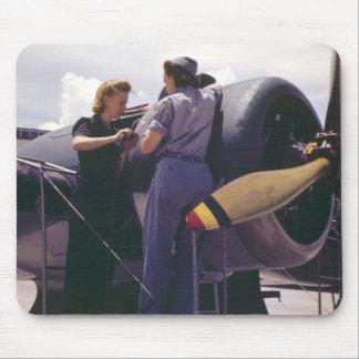 Mecánicos de la aviación de las mujeres WW2 Tapetes De Raton