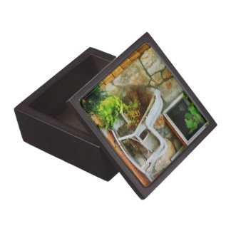 Mecedora de mimbre en el pórtico caja de regalo de calidad