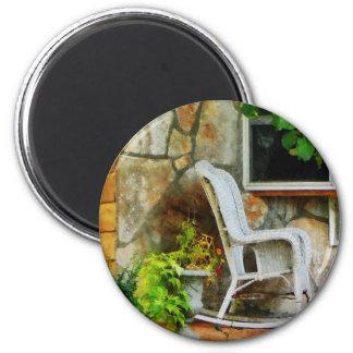 Mecedora de mimbre en el pórtico imán redondo 5 cm