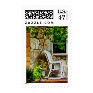 Mecedora de mimbre en el pórtico timbres postales