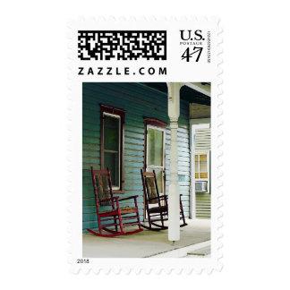 Mecedoras de madera en el pórtico sellos postales
