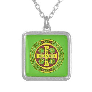 medalla clara amarilla roja del St Benedicto Collar Plateado