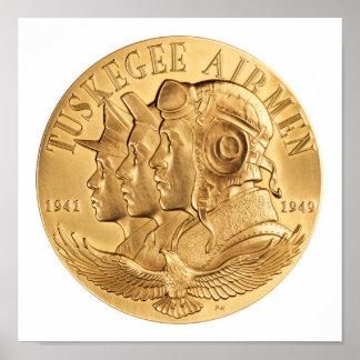 Medalla de oro de los aviadores de Tuskegee Posters