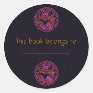 Medallón fucsia del dragón pegatina redonda