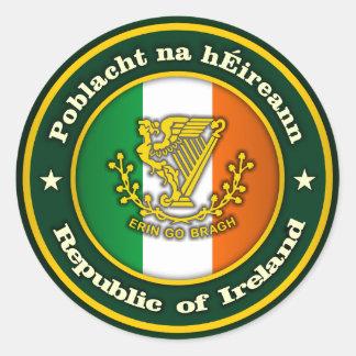 Medallón irlandés 2 pegatina redonda