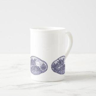 Medallón púrpura del dragón de la lavanda taza de porcelana