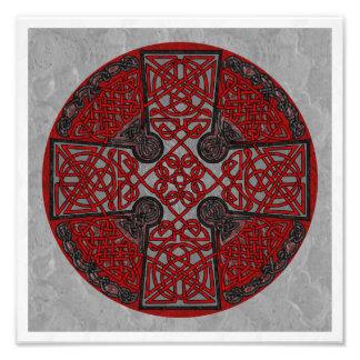 Medallón rojo y negro de la cruz céltica fotografía