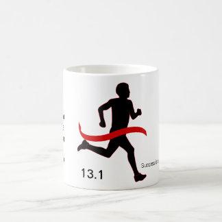 Media cinta del rojo del maratón de los hombres taza clásica