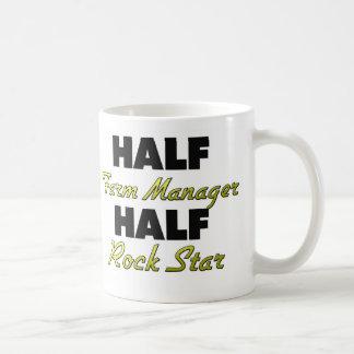 Media estrella del rock del medio encargado de la taza básica blanca