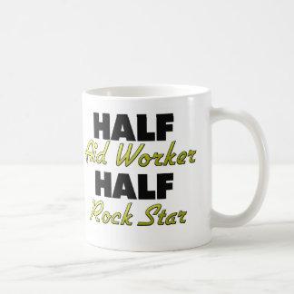 Media estrella del rock del trabajador de ayuda me tazas de café