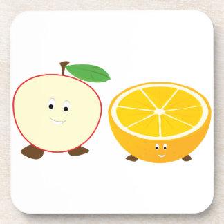 Media manzana y medios caracteres anaranjados posavaso