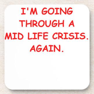 mediados de crisis de la vida posavasos de bebida
