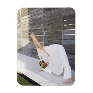 Mediados de mujer adulta que estira sus brazos imanes rectangulares