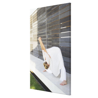 Mediados de mujer adulta que estira sus brazos impresión en lienzo