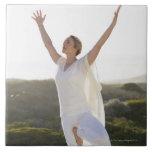 Mediados de yoga practicante 2 de la mujer adulta teja