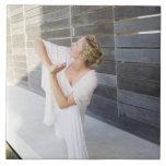 Mediados de yoga practicante de la mujer adulta azulejos
