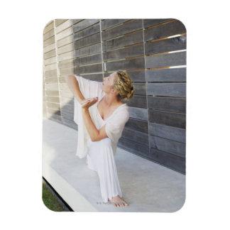 Mediados de yoga practicante de la mujer adulta rectangle magnet