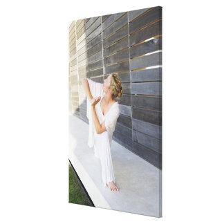 Mediados de yoga practicante de la mujer adulta impresión en lienzo