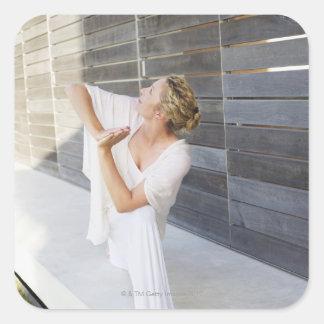 Mediados de yoga practicante de la mujer adulta pegatina cuadrada