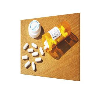 Medicación derramada en la tabla impresión en lona